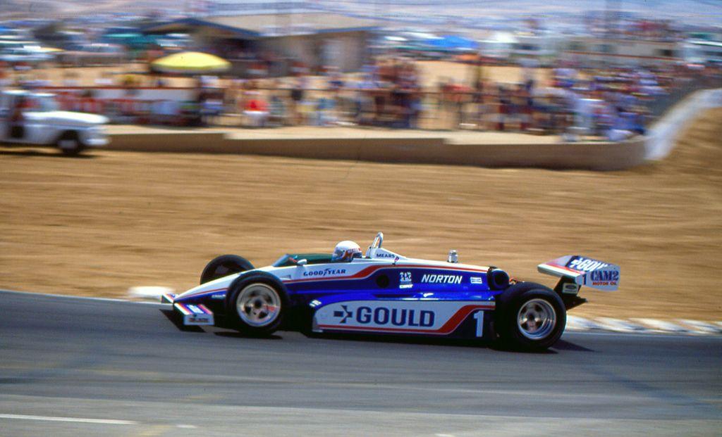 Rick Mears, qui a Riverside, al volante della Penske PC10, dominatrice della stagione 1982. pinterest.com