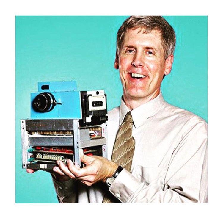 Già nel 1975 un ricercatore della Kodak, Steve Sasson, lavora ad un'invenzione rivoluzionaria: la prima fotocamera digitale. Il suo prototipo iniziale aveva una risoluzione di 0.01 megapixel e catturò la prima immagine in bianco e nero in 23 secondi per registrare poi i dati su una cassetta! #kodak #digitale #puntoimmagine #rubiera #photocompositing #foto #fotografi