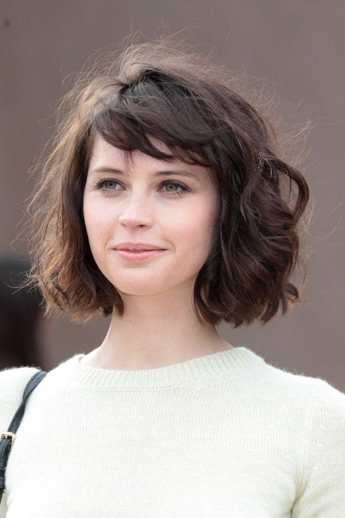 cortes de pelo corto mujer en blusa blanca pelo ondulado corte bob flequillo