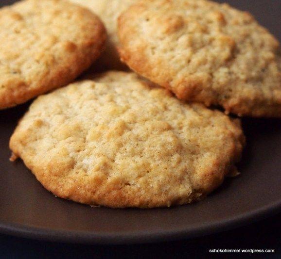 buutrige Macadamia-Cookies - Teig mit gesalzenen Macadamias etwas Kokosraspeln und Haferflocken, braunem Zucker, Milch - nussig, leicht salzige Note, mal was anderes - http://schokohimmel.com/2014/12/20/pimp-my-haferflocken-kekse-mit-gesalzenen-macadamias-und-kokos/