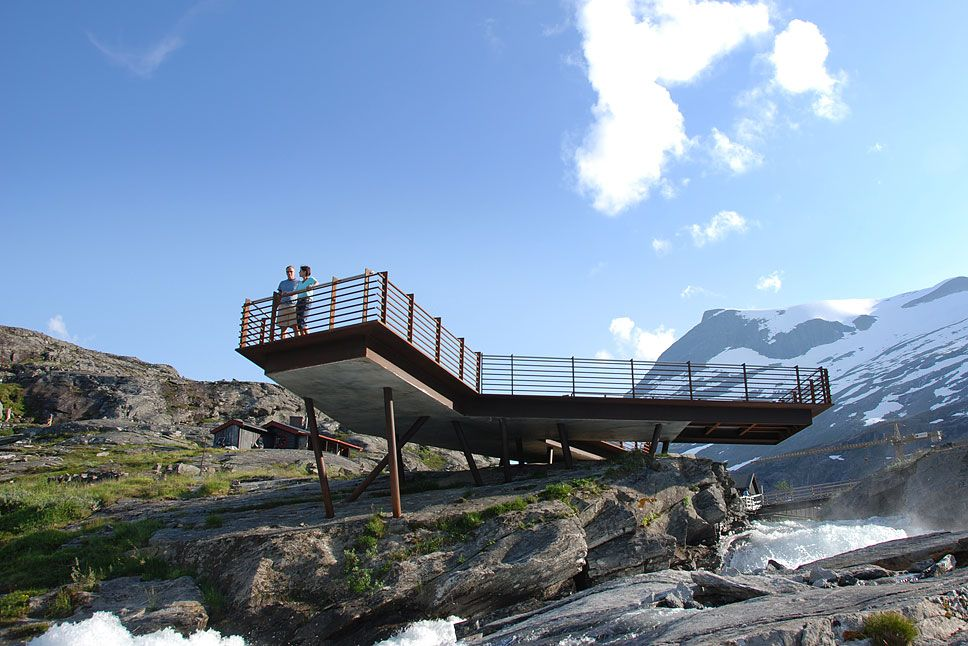 The smallest viewing platform at Trollstigen provides easy access for wheelchair users.  Photo: Per Kollstad