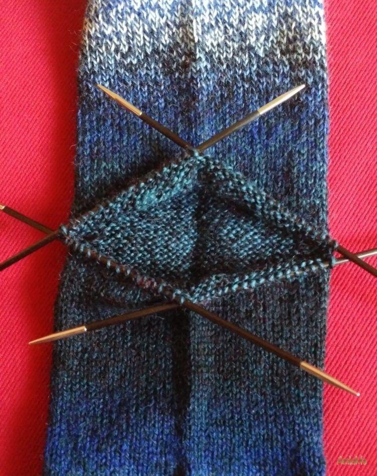 Socken stricken-Zu guter Letzt: die Ferse stricken | AmlaMe #bibsforbaby