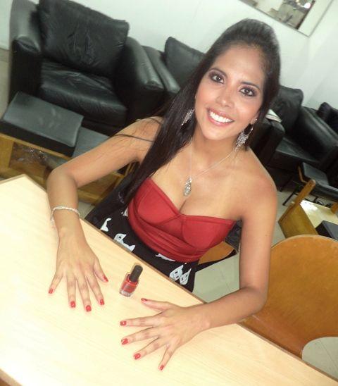 Carla Arriola, quien forma parte del elenco de la nueva película peruana de terror, La cara del diablo, disfrutando de una #manicure.