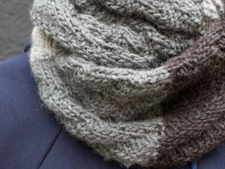 miglior servizio 679f0 8883c Tutorial fai da te: Come fare una sciarpa ad anello a maglia da ...