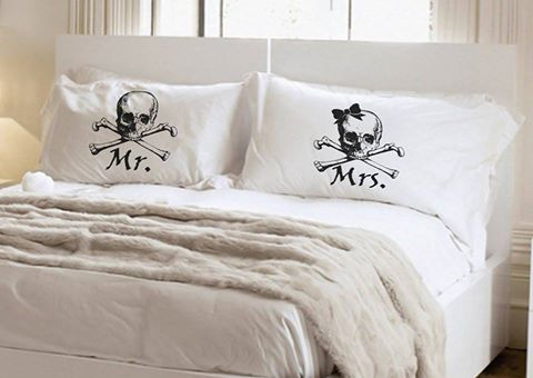 This Skull and Crossbones pillowcase set is so cool!