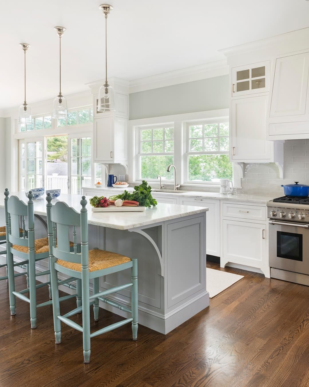 17 Coastal Kitchens Decor Ideas For A Beach Or Summer Home In 2020 Gorgeous White Kitchen Coastal Kitchen Decor White Kitchen Island