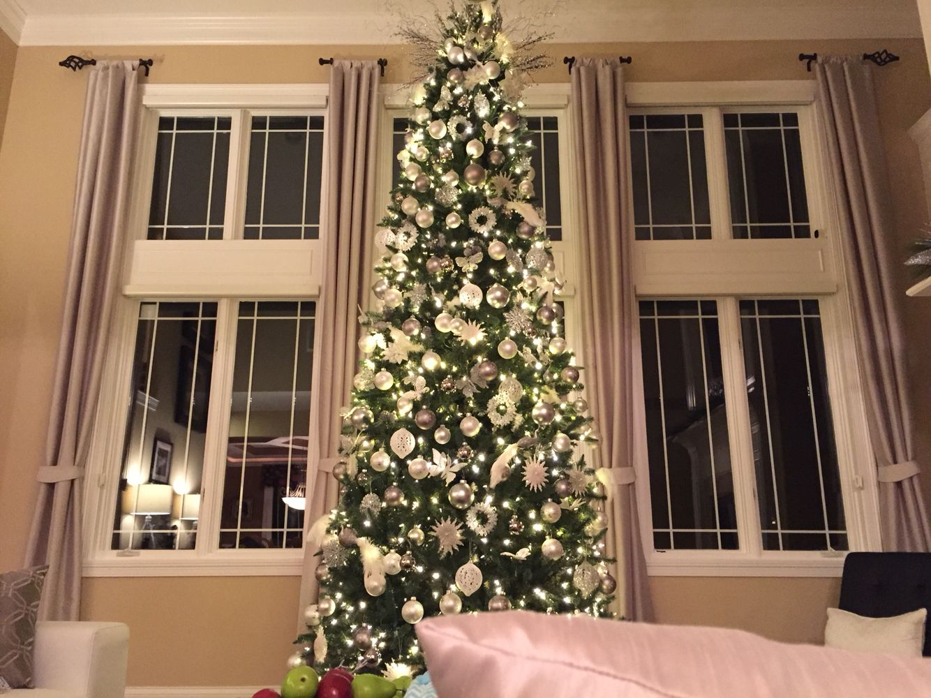 Meticulously Decorated 12 Foot Tree With A Contemporary White And Silver Theme Christmas Contemporary Christmas Trees 12 Foot Christmas Tree Christmas Deco