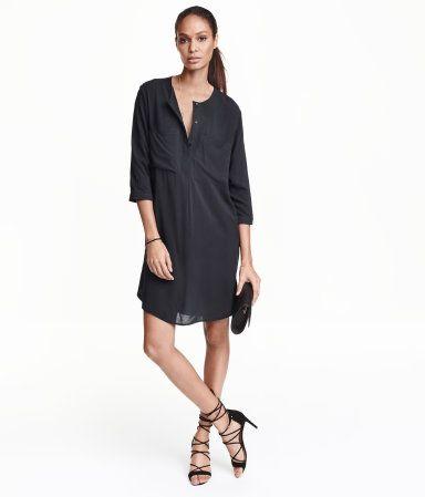 Lige kjole i vævet viskose. Kjolen har rund halsudskæring med skjult lukning foroven. Brystlommer og trekvartlange ærmer. Slids i siderne. Uden for.