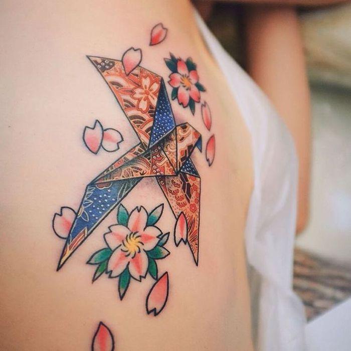 1001 mod les originaux de l 39 art de tatouage origami tatouage japonaise fleur de cerisier et. Black Bedroom Furniture Sets. Home Design Ideas