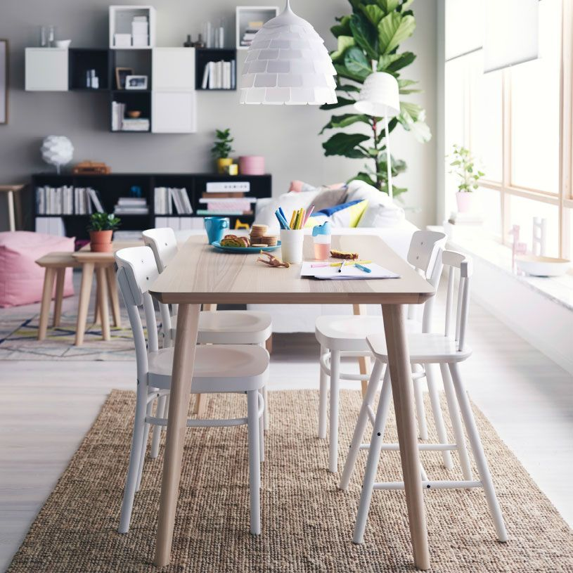 Comedor luminoso con una mesa de comedor de chapa de fresno y cuatro sillas de comedor blancas - Comedor de cuatro sillas ...