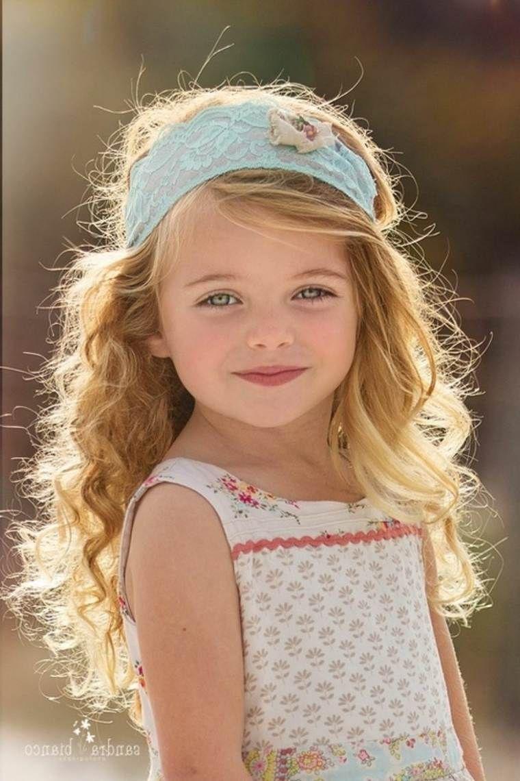 coiffure de petite fille avec cheveux bouclés Coiffure
