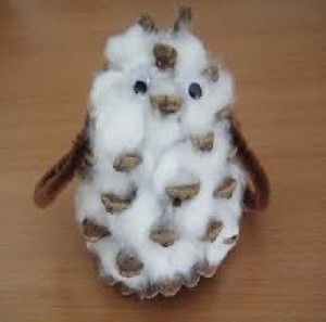 Petite chouette en pomme de pin avec du coton des yeux mobiles et des chenilles ou des plumes - Chouette en pomme de pin ...
