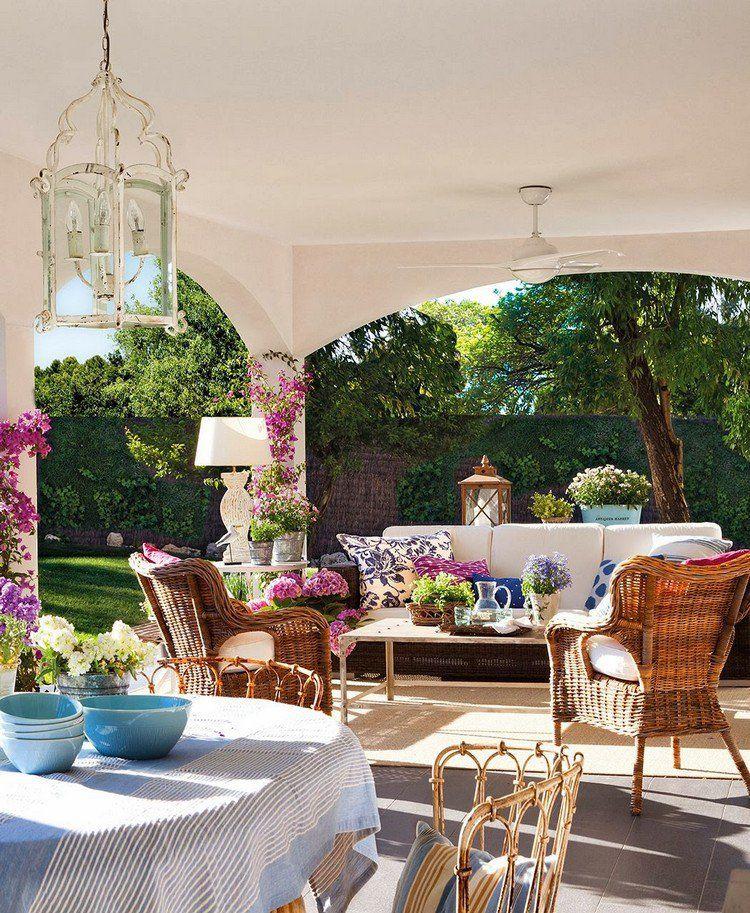 idée déco terrasse - mobilier de jardin en rotin, fleurs ...