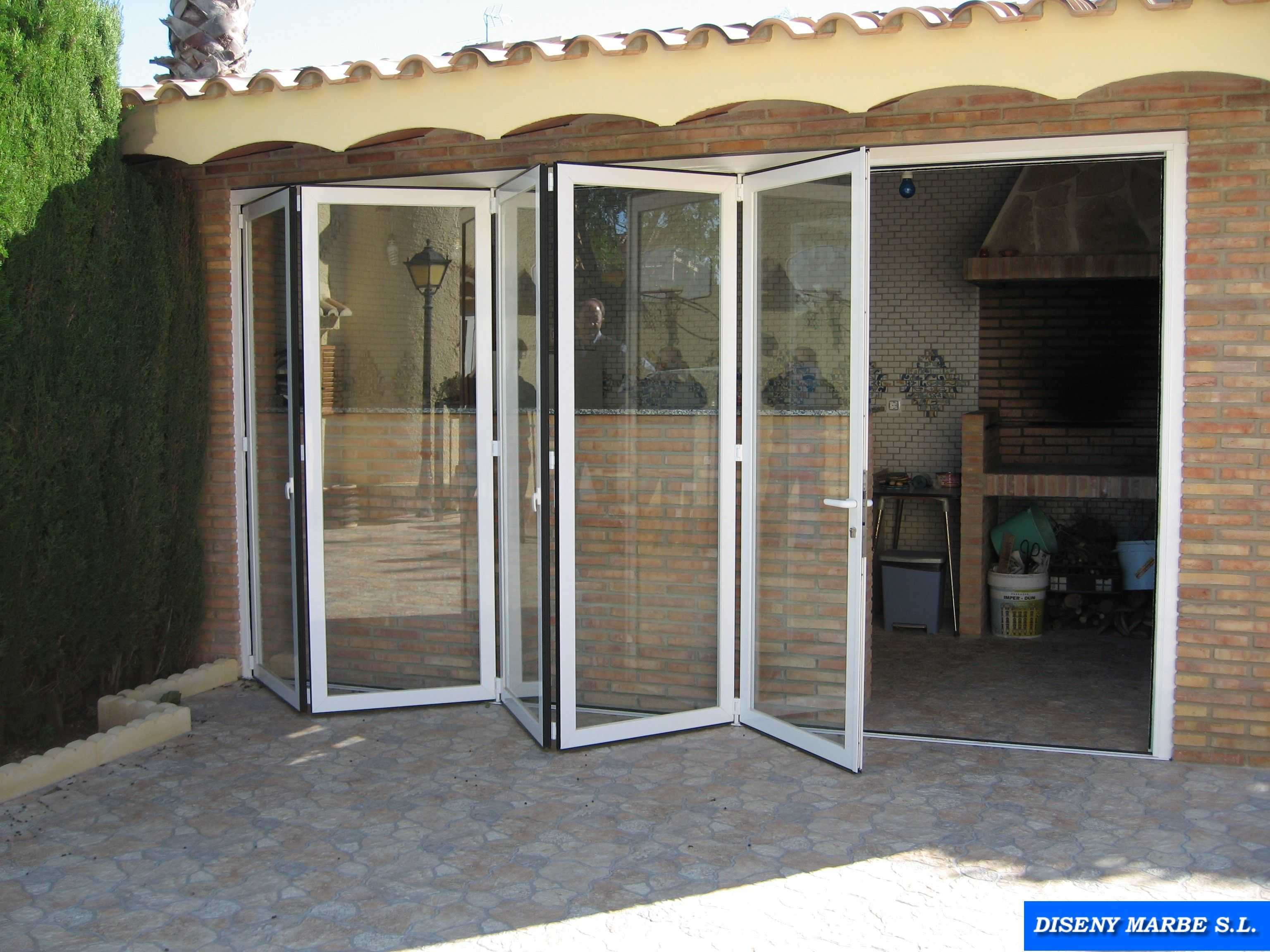 puerta plegable de aluminio lacado blanco acristalada