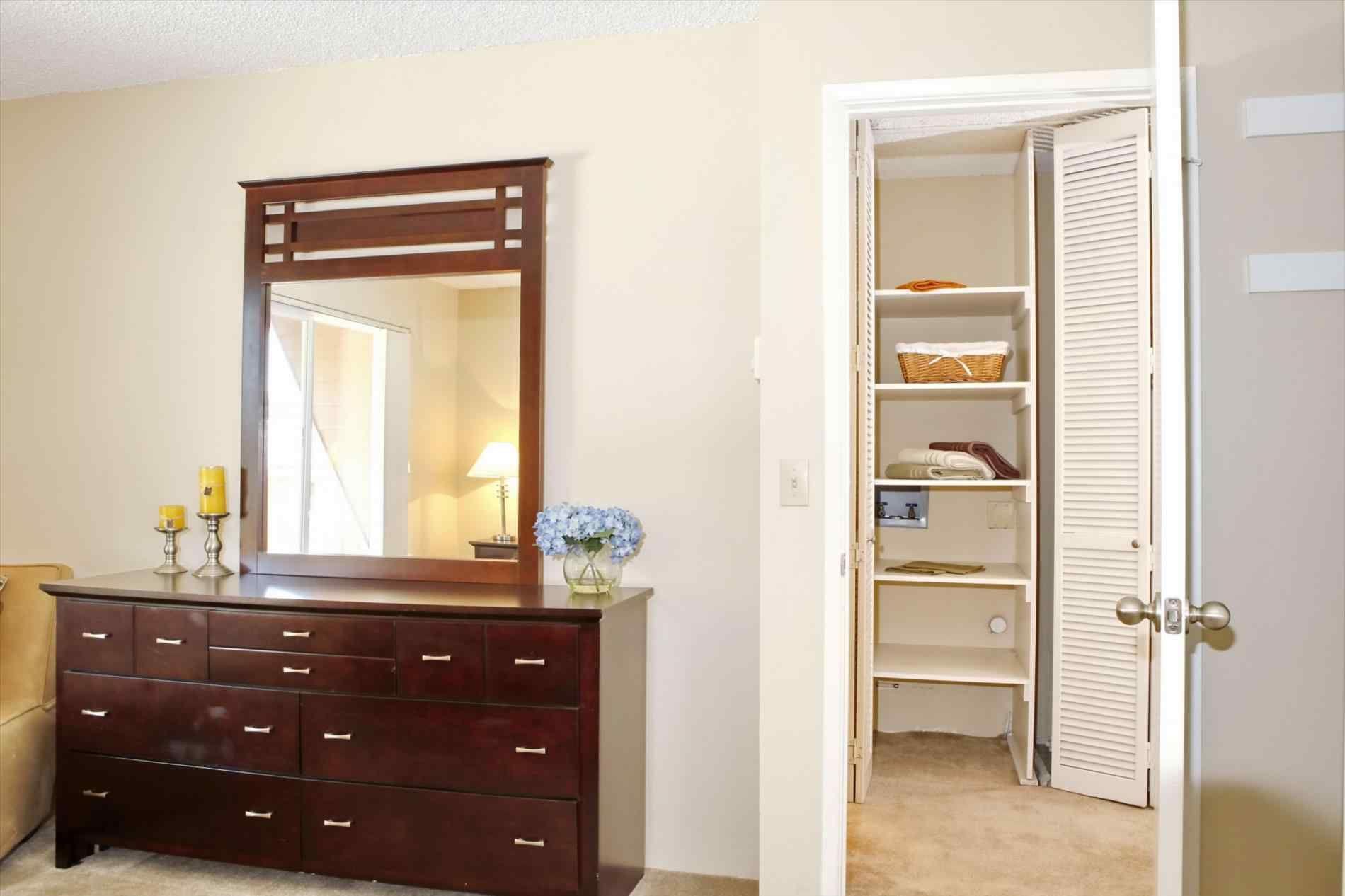 Bedroom interior design with almirah wand almirah mit schminktisch  nachtschränke in das moderne