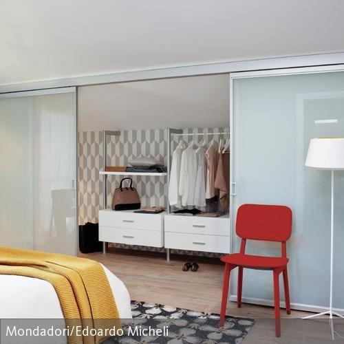 Begehbarer Kleiderschrank mit Schiebetür aus Glas weiße Tapete - kleiderschrank schiebeturen stauraumwunder