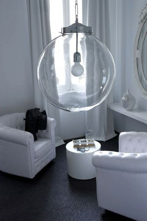 Superbe luminaire en verre forme boule qui sublimera n for Suspension boule verre