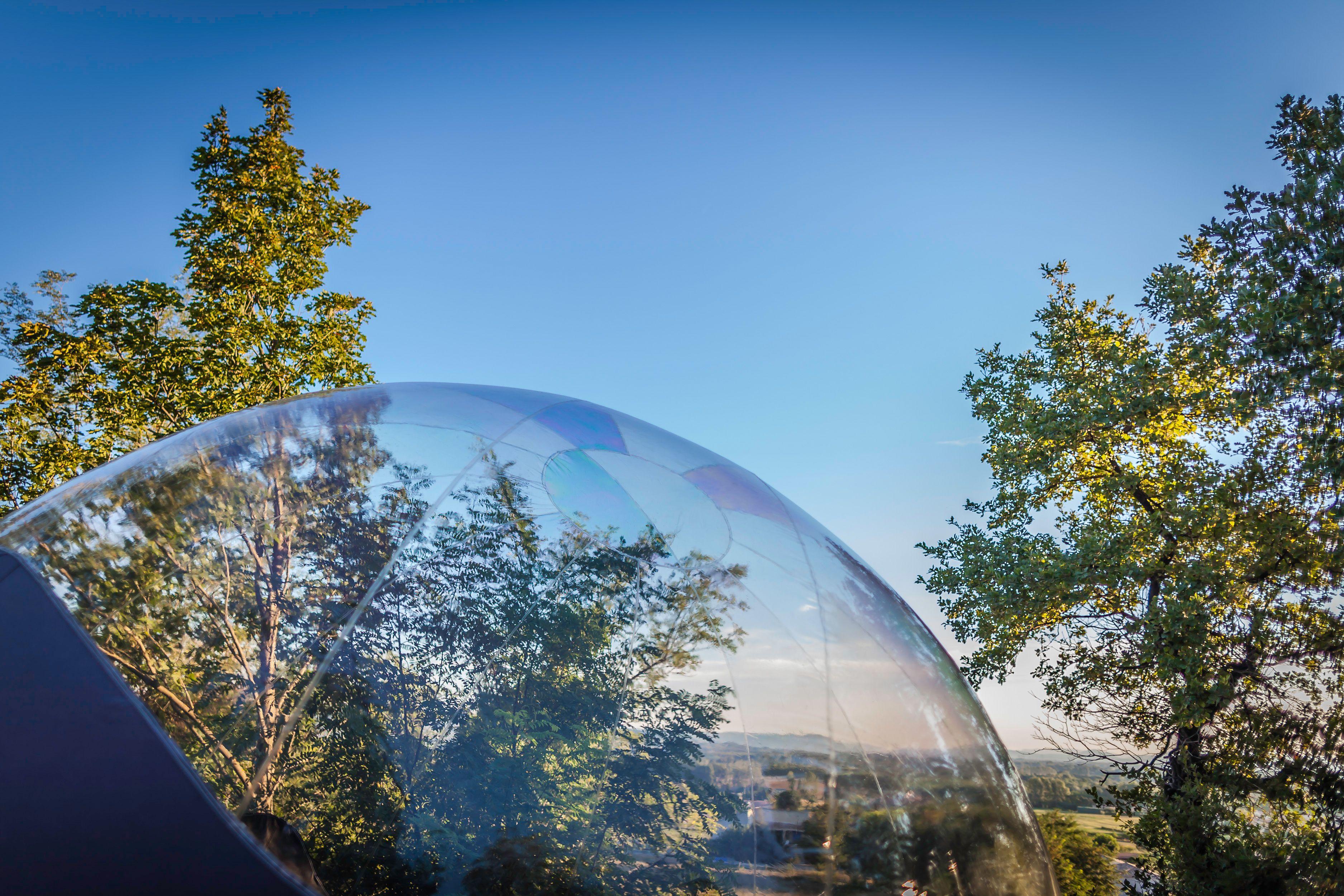 Le Dome De L Une De Nos Bulles Sous Un Ciel Bleu En Plein Ete Maisonsbulles Bulle Insolite Nature Nuit Avec Images Maison Bulle Nuit Insolite Hebergement Insolite