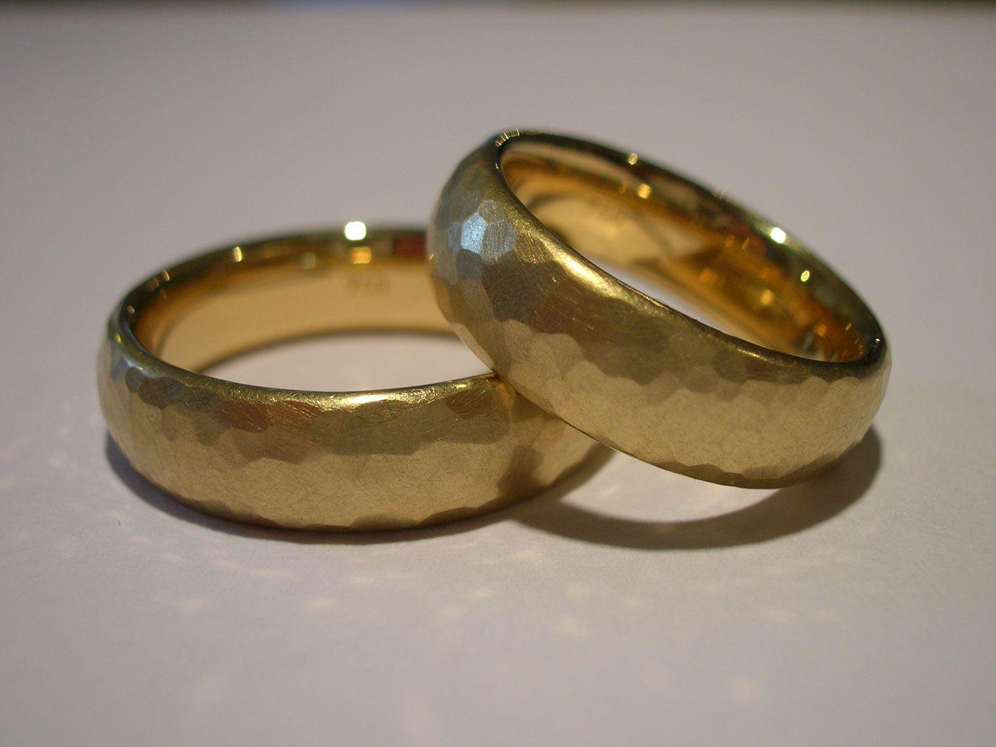 Eheringe gold matt gebürstet  rings : berlin Material: 750-er Gold mit Hammerschlag | Trauringe ...