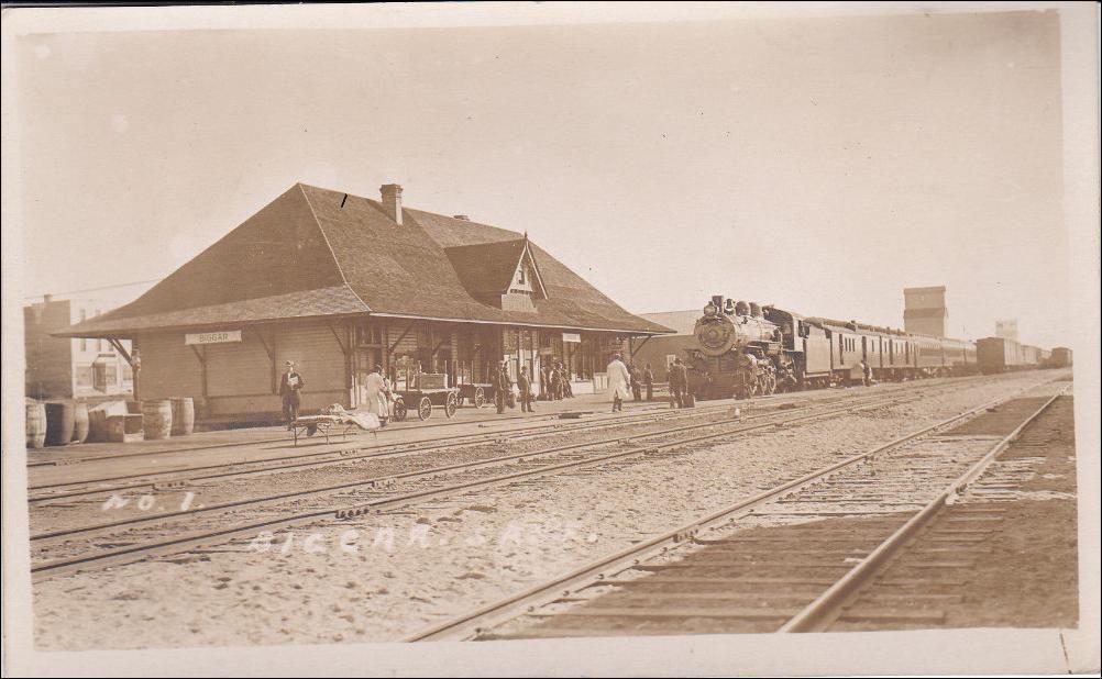 RP: BIGGAR , Saskatchewan , Canada , 00-10s ; Train at Railroad Station