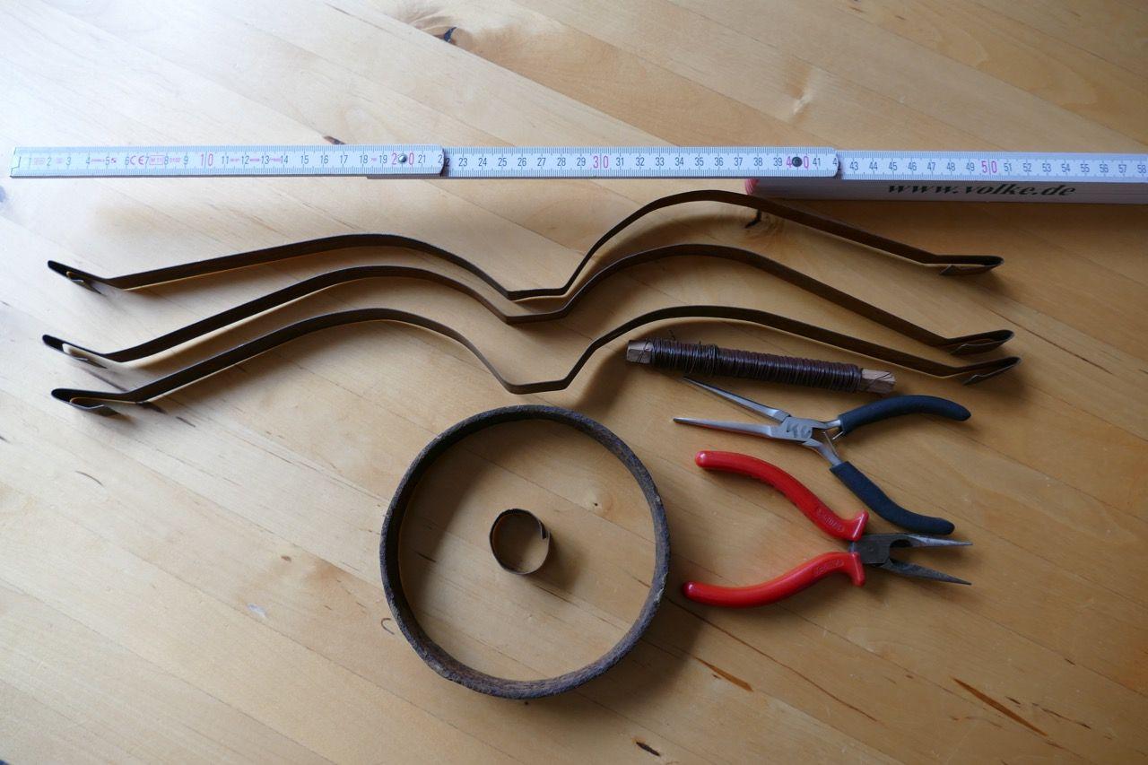 Krone aus Stahlband basteln | Kronen, kleine Ringe und Frühlingsbasteln