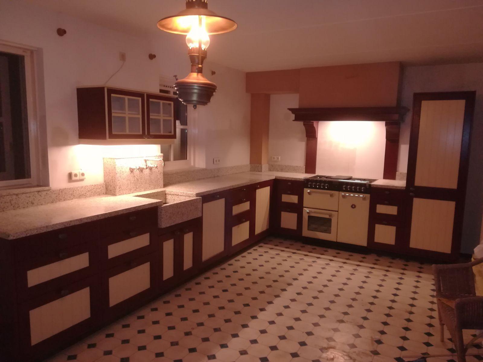 Landelijk Geel Keuken : Klassiek rood gele keuken ambachtelijk terrazzo werkblad