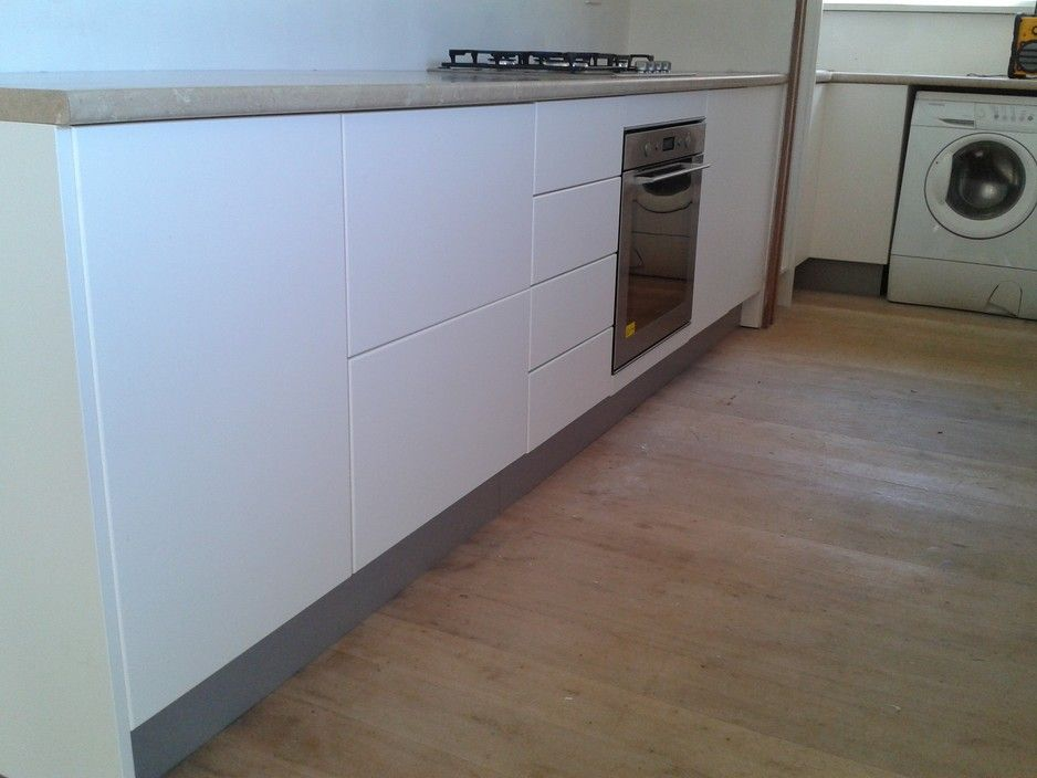 KITCHEN Custom Built Thermoformed Cabinets Thermoformed Modern White Doors  Thermoformed Bench Top Glass Splash Back Brushed
