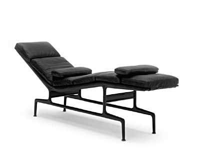 The Eames Chaise כיסא מפיברגלס יצוק המתכתב עם צורתו של השז לונג הקלאסי 1968 Eames Chaise Lounge Eames Chaise Eames