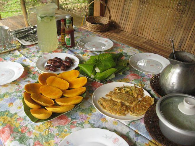 Así son los desayunos alrededor de todo el mundo-En Filipinas desayunan frutas de la región como mangos, además de arroz y salchichas pequeñas (conocidas como longganisa). Cuando las fríen con sal y dientes de ajo se las conoce como sinangag. El sinangag se combina entonces con los huevos, las carnes y frijoles.