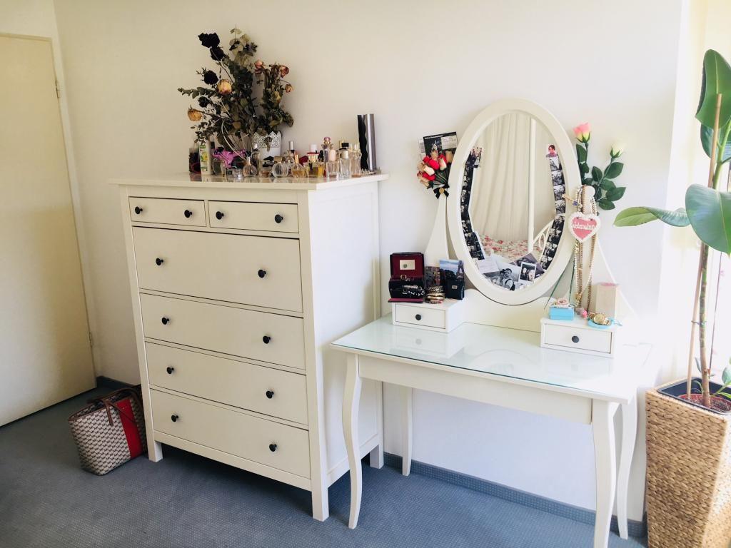 Kommode Und Schminktisch Mit Ovalem Spiegel Furs Frauen Wgzimmer