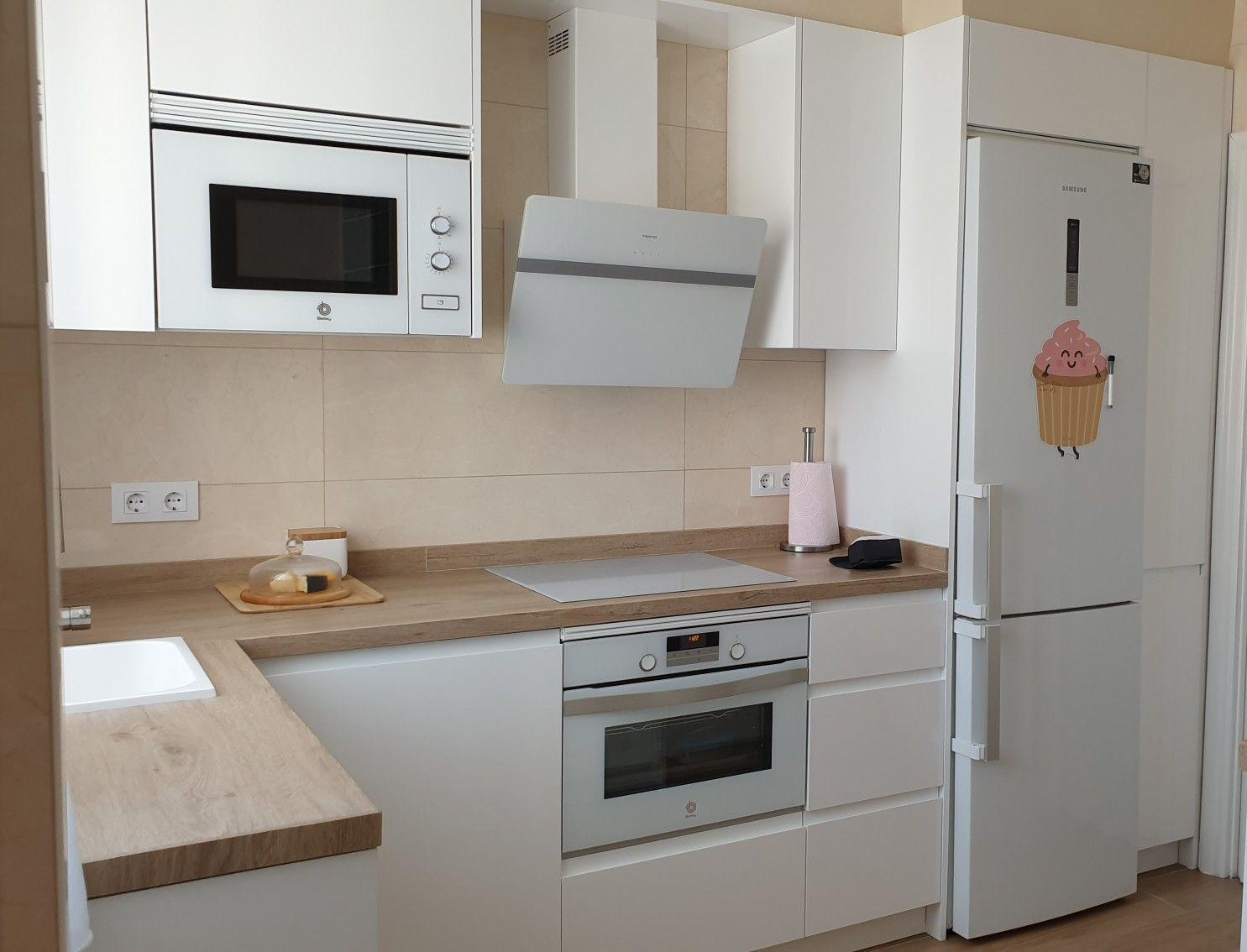 Cocina Blanca En L Cocinas De Casas Pequenas Decorar Cocinas Pequenas Cocinas Rectangulares