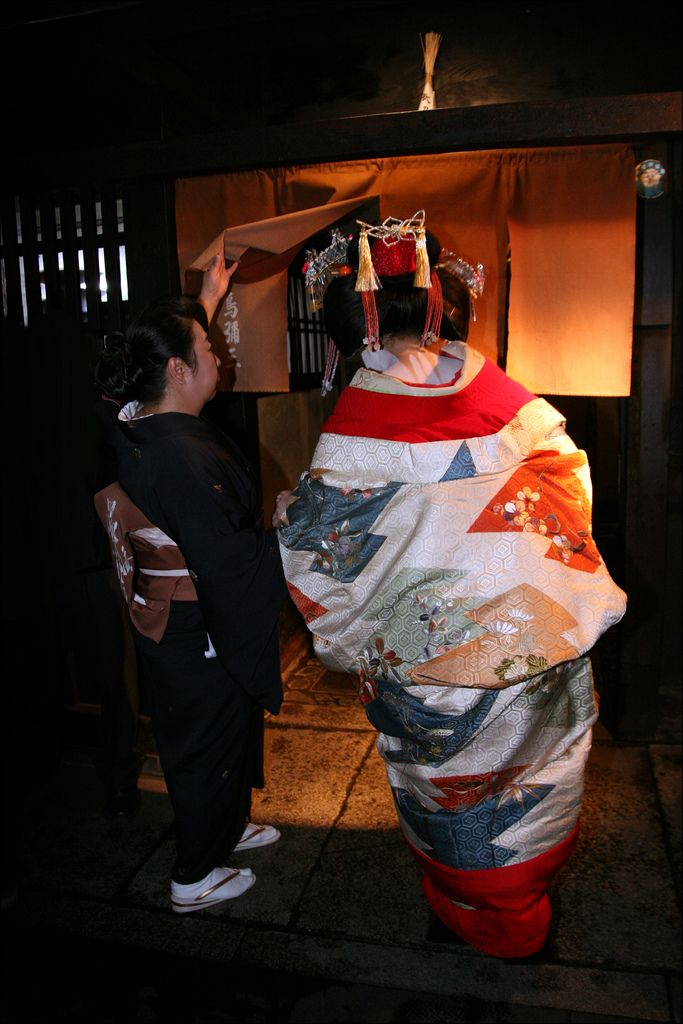 "dochu: "" O I R A N : 花魁 (by mboogiedown) ""A rare sight, even in Kyoto! An Oiran ducks beneath the curtain of an exclusive ryotei (traditional Japanese dining establishment) during an evening procession beneath the cherry blossoms…. Oiran were the..."