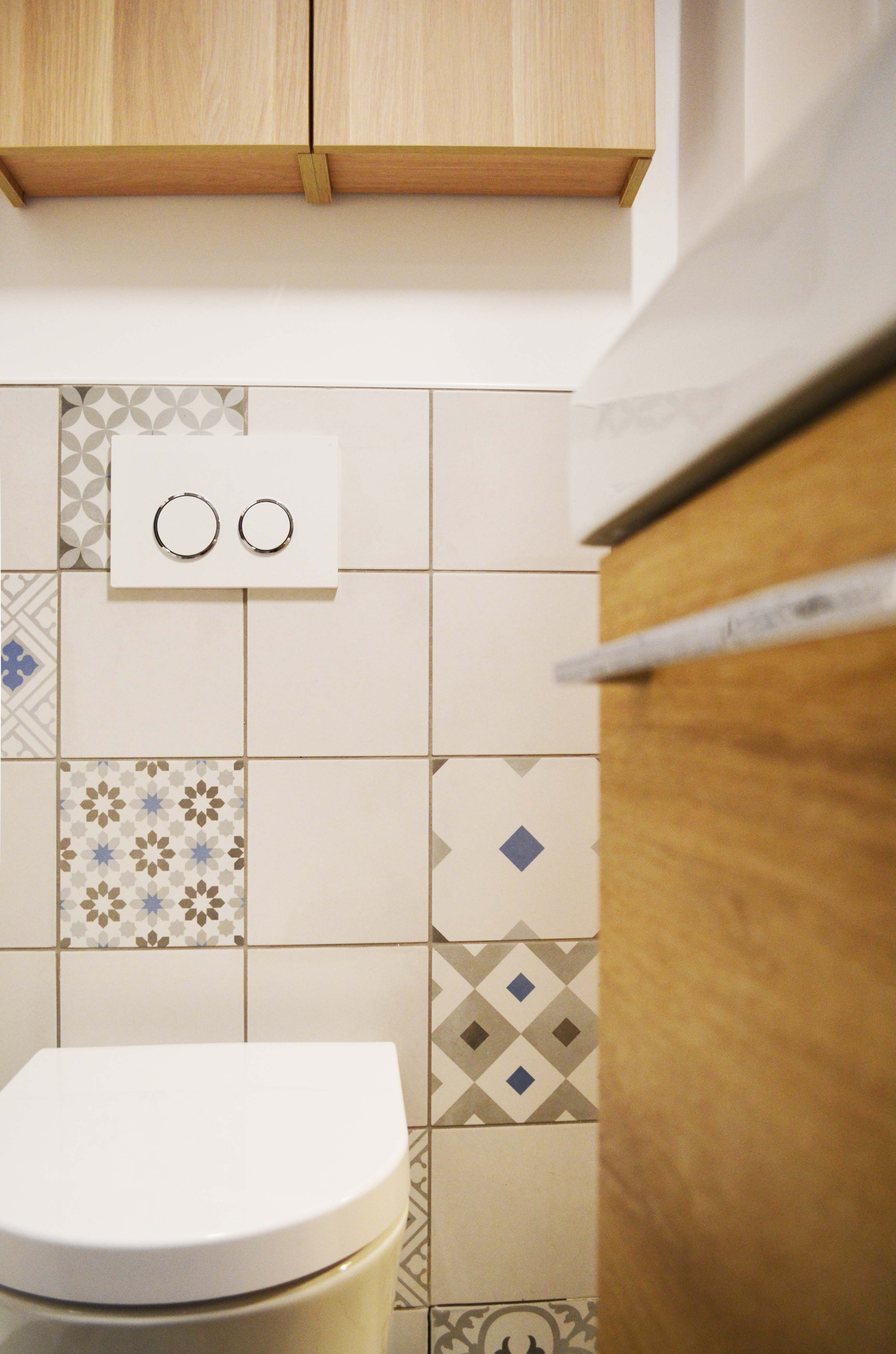 © Sandrine Carré - Décoratrice www.sandrinecarre.com  Astuces petits espaces, armoire à pharmacie, bleu, bois clair, carreaux, carrelage, ciment, chêne, douche, douche à l'italienne, géométrique, gris, lavabo, vasque, meuble sous lavabo, motifs, paroi de douche en verre, pastel, petits espaces, robinet de salle de bain, salle d'eau, salle de bains, scandinave, studio, rétro, wc, toilettes, wc suspendu