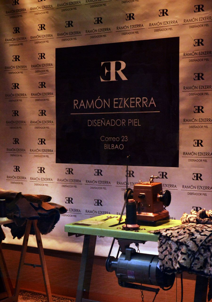 Escaparate con máquina de coser. Entrevista en La Mirilla - Bizkaia TV: http://www.youtube.com/watch?v=rE2PdXBoEiE
