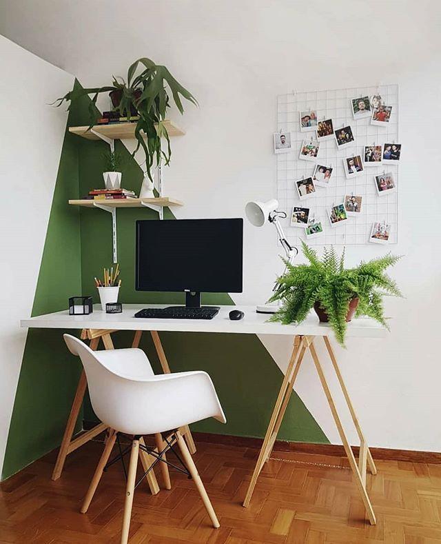 """DIY HOME por Diego Rodrigues's Instagram post: """"Home Office do @edgarsts com escrivaninha de cavaletes, pintura geométrica na parede, plantinhas e um painel mesh board. � #diyhomebr…"""""""