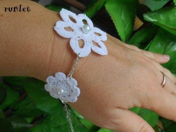 Bracelet fleur blanche au crochet,bijoux mariage en dentelle ,  #Bigiotteria #Bijouxdefantais... #bandeaulaine