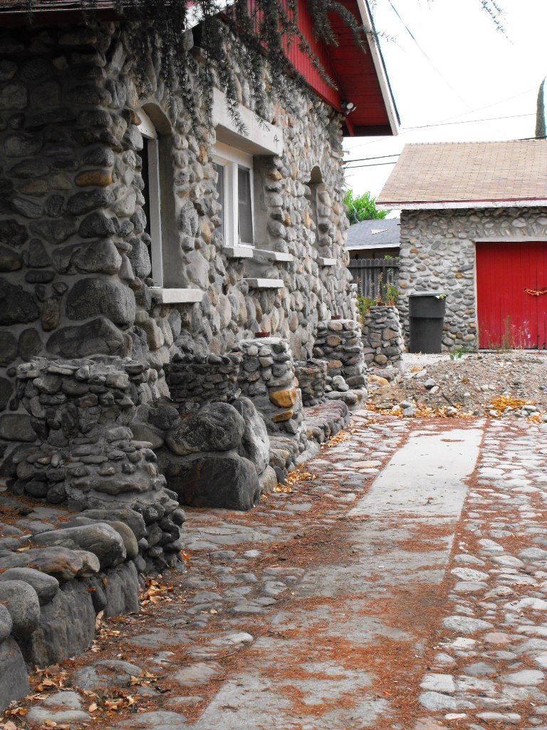The Houses In This Area Are Made Of River Rock Vintage River - Home exterior design ideas siding