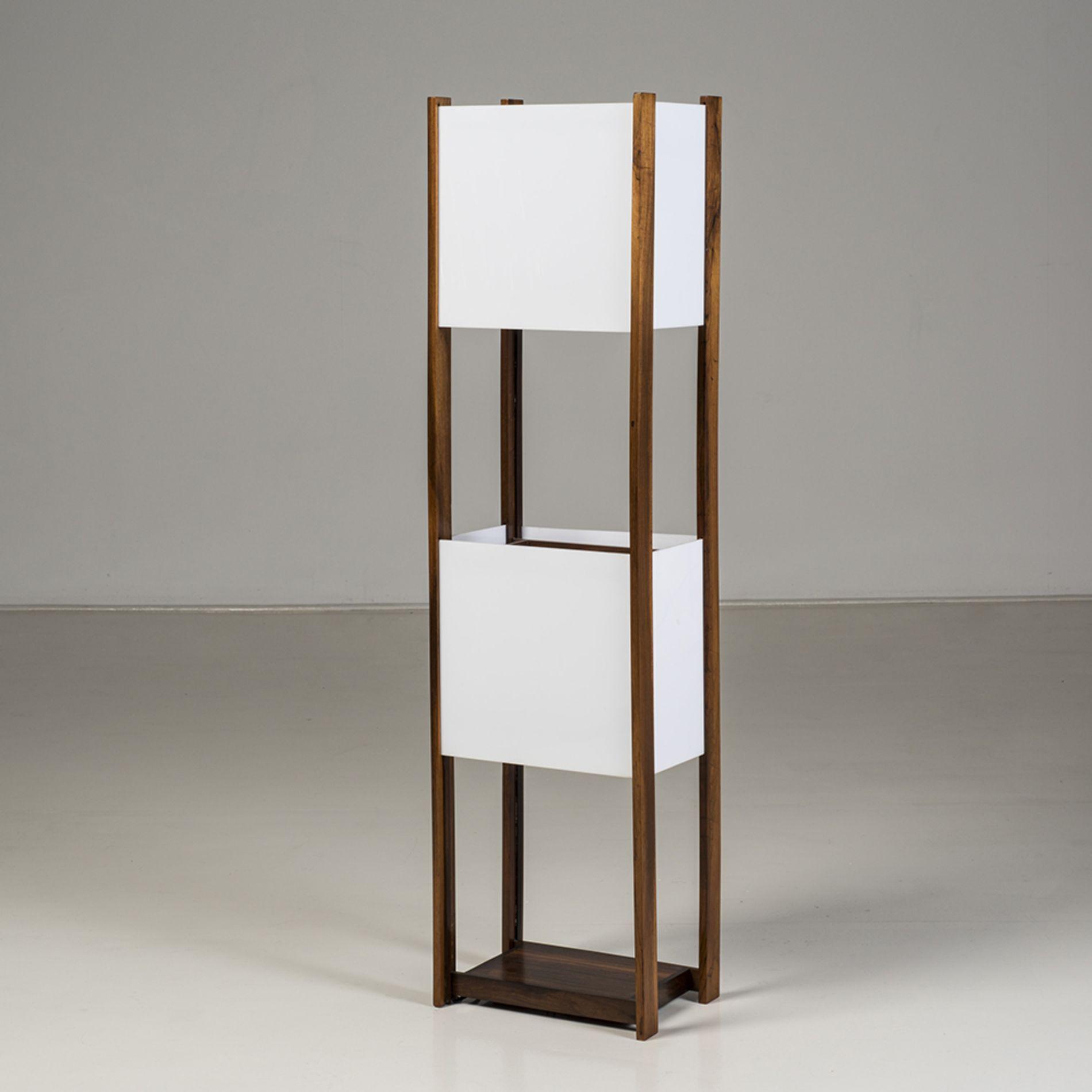 Joaquim Tenreiro (1906-1992)  Lampadaire  Jacaranda et acrylique  Edtion Tenreiro movéis e decoraçoes  Date de création : vers 1965  H 134,5 × L 35 × P 25 cm