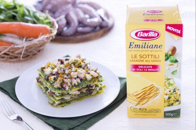 Le lasagne al verde con pesto di rucola e ragù di polpo sono un primo piatto al sapore di mare raffinato e saporito.