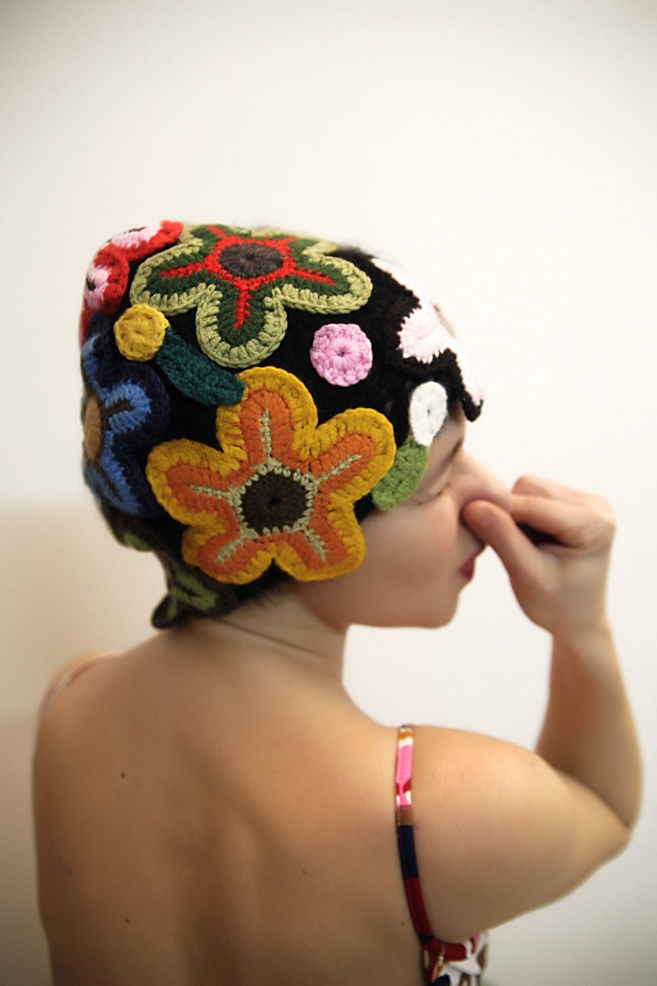 Cappello in lana con fiori all'uncinetto : Cappelli, berretti di thebabbionz