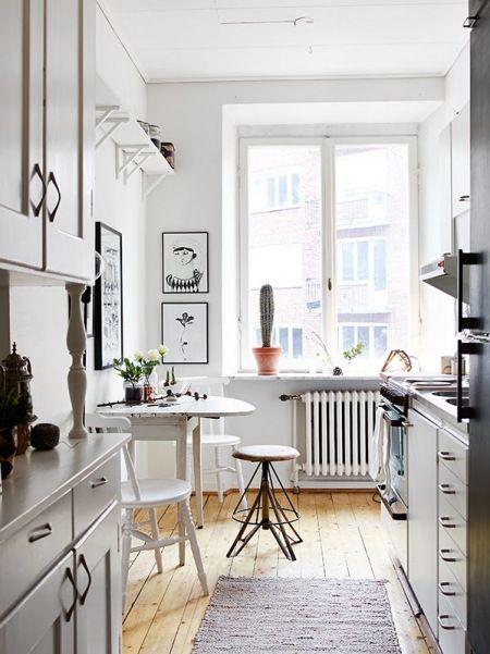 Zdjecie Waska Kuchnia W Stylu Skandynawskim Z Okraglym Stolem I Industrialnymi Taboretami House Interior Home Vintage Interior Design
