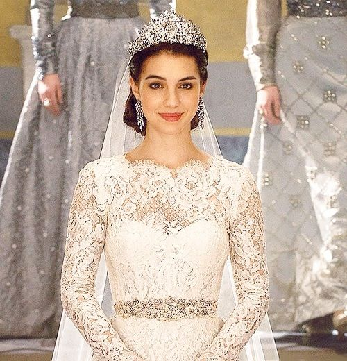 Cw39s reign mary39s wedding stunning long may she for Reign mary wedding dress