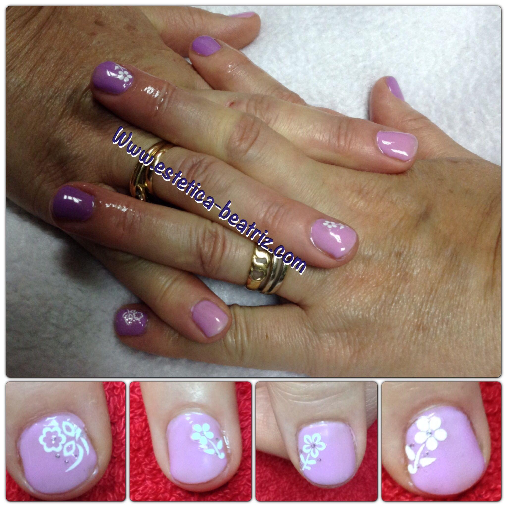 Camaleón lila-rosa con flores blancas