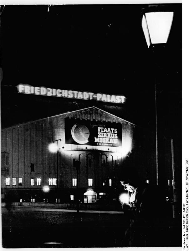 Alter Friedrichstadt-Palast bei Nacht (1956), mit Ankündigung eines ...