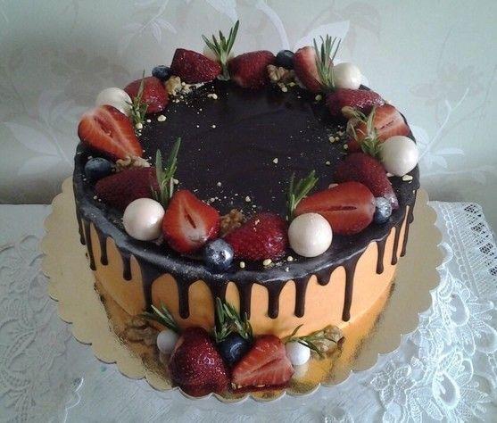 Праздничный шоколадный торт с ягодами