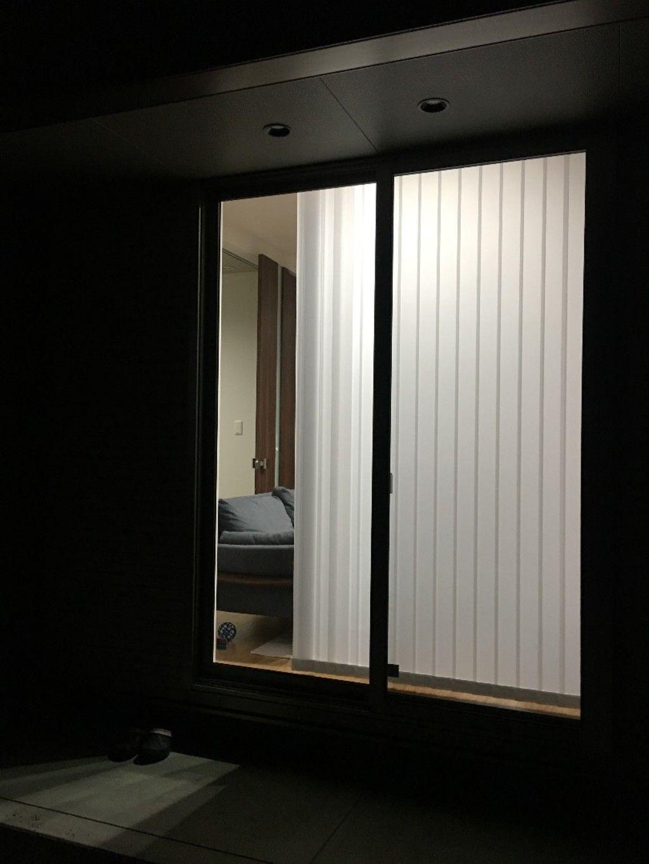 ご近所さんから家の中が丸見え 昼も夜も透けないおしゃれで機能的な