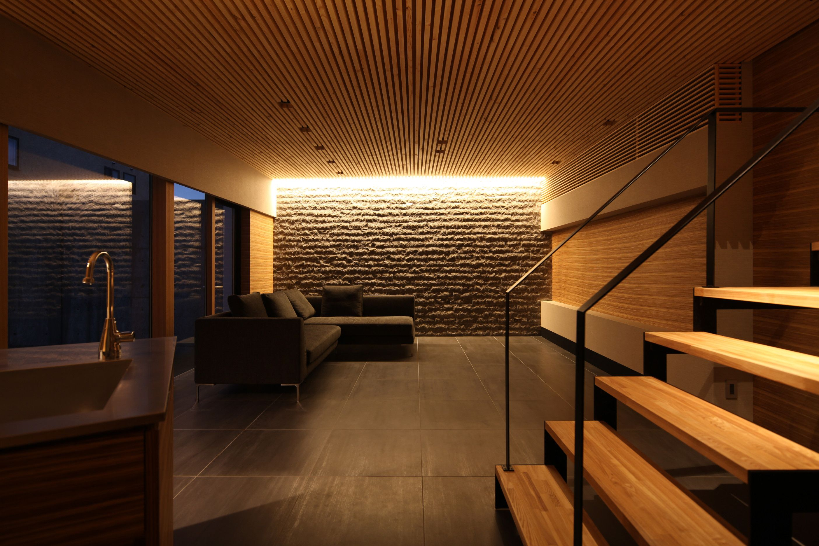 天井のルーバーと壁のタイルで 重厚で大人な雰囲気の漂う仕上がり
