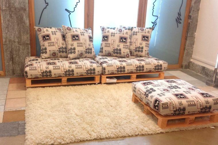 Soggiorno arredato con un arredamento con bancali un divano e un