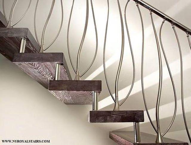 Escalera interior con barandilla de metal elaborado con formas ...
