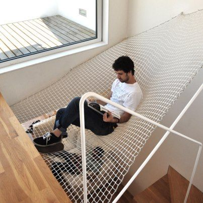 ¡El diseño interior se cuela por todos lados! La firma portuguesa ODDA creó esta innovadora hamaca gigante para ganar espacio.